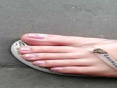 CANDID FEET AT BUS POINT- PIES DE LA CHICA